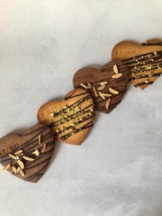 St Valentin: sablés vanille et cacao aux éclats de pistaches et amandes